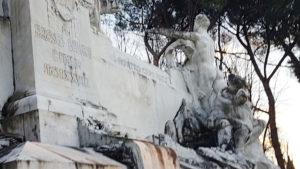 Retro-monumento-Petrarca