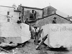 Blocchi marmo per la realizzazione del  monumento a Franceco Petrarca
