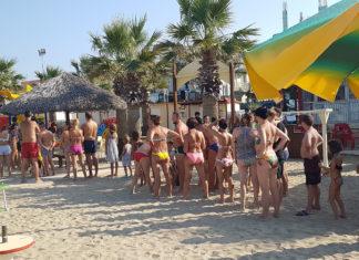 Bagnanti in spiaggia nella riviera adriatica